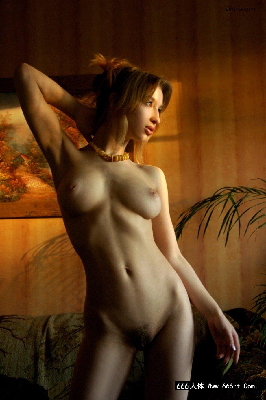 室拍绝品法国裸模Anna的魔鬼身材