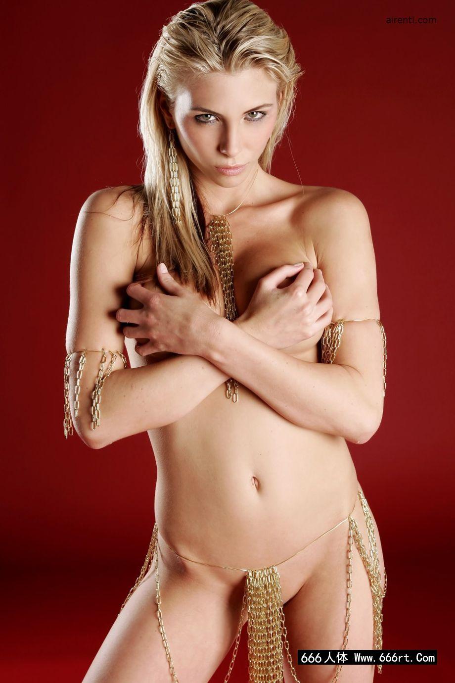 亚洲不卡AV不卡一区二区_身材超好的金发美人达夫妮红色背景室拍