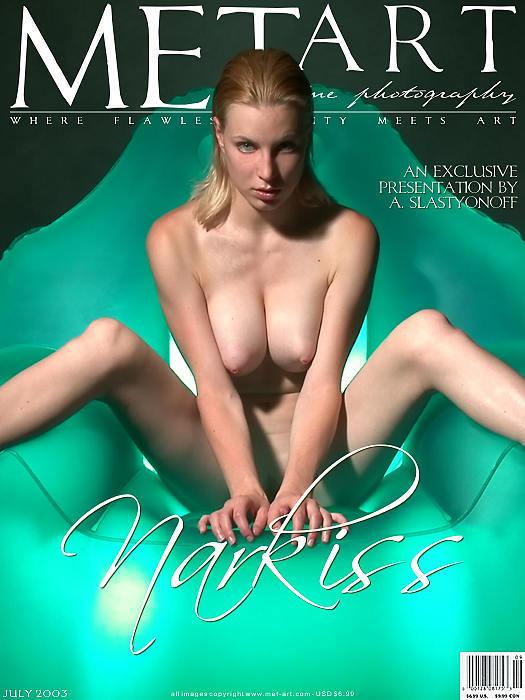 棚拍绿色水晶座上的大尺度嫩模Narkiss