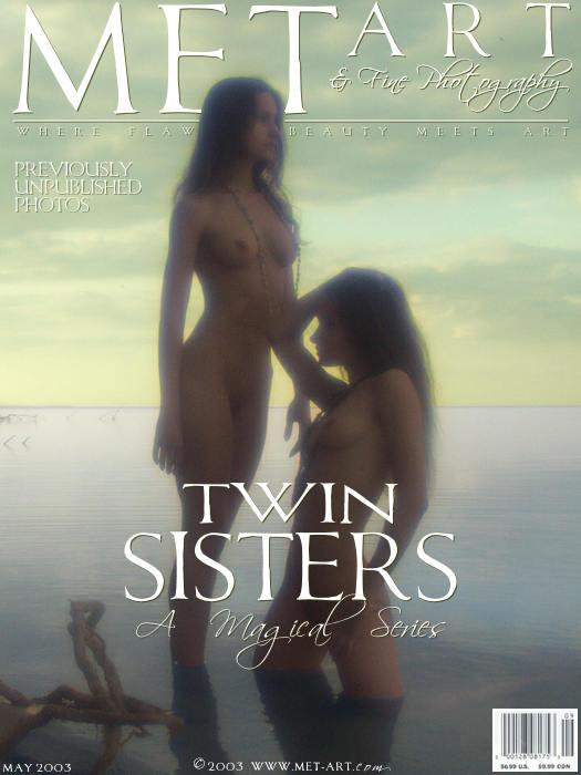 靓丽孪生双胞胎湖边外拍朦胧的胴体