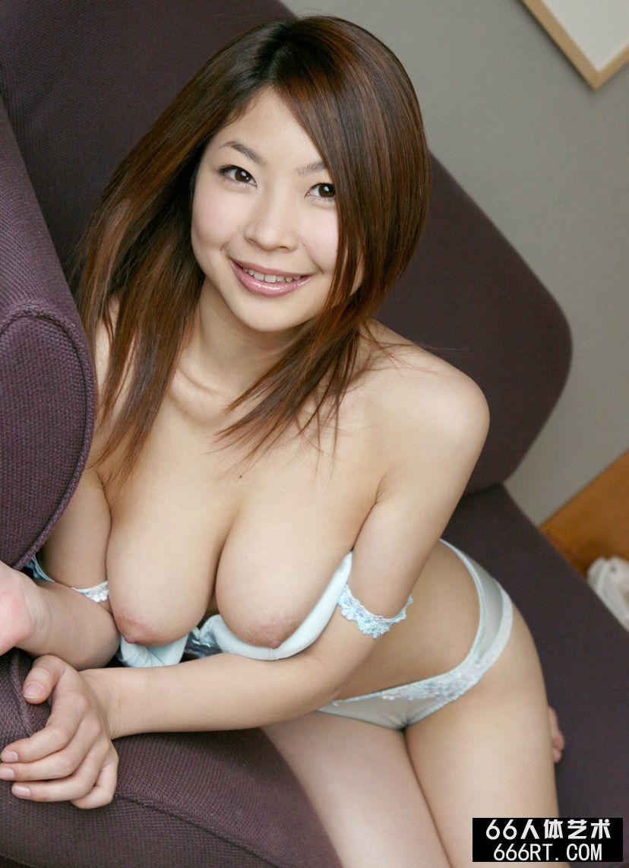 丰润的圆脸嫩模的香坂杏奈