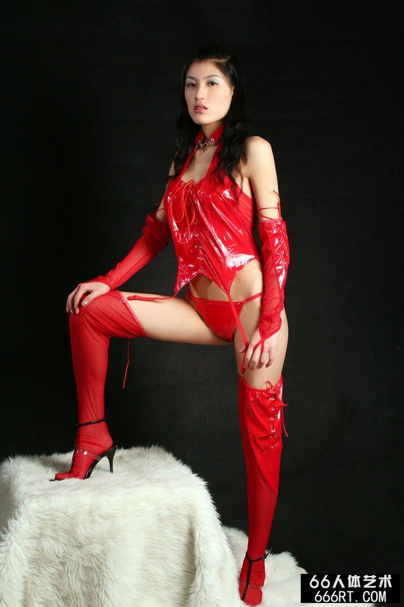 汤芳人体裸私密_美模蔷薇07年2月1日室拍火红情趣内裤