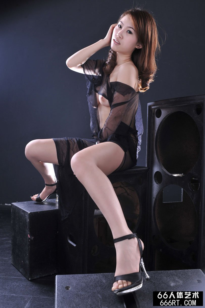 推女神裸模佳佳棚拍黑纱下的白皙人体