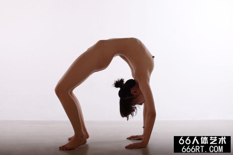 体操妹子晨雨棚拍下腰一字高难度动作