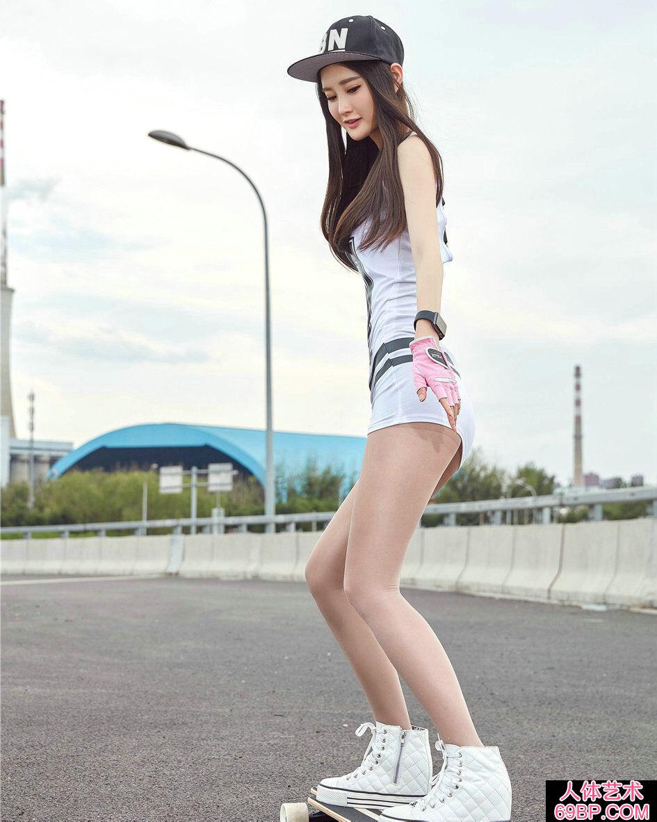 年轻美眉潇潇穿超短裙街头玩滑板写真