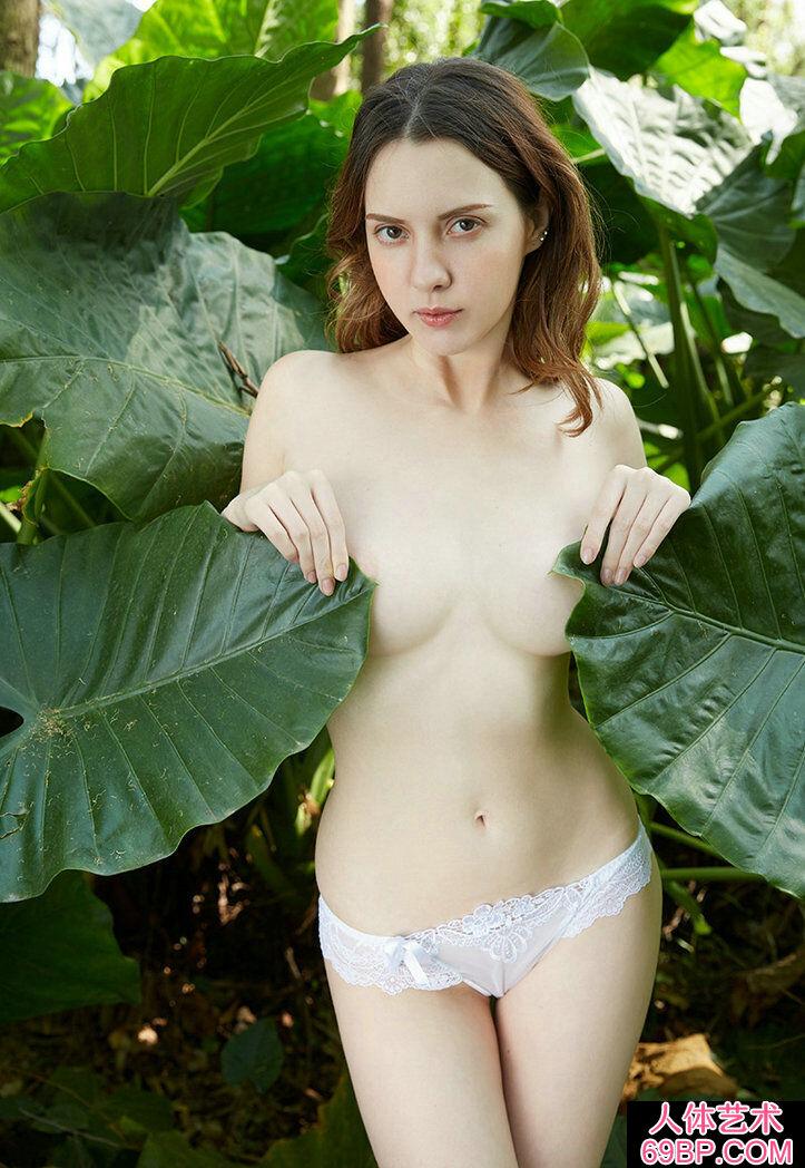 小树林外拍皮肤白皙的卷发混血超模