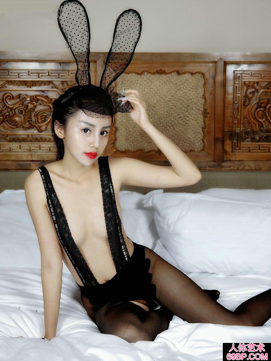 妖娆娇嫩的黑色蕾丝兔女郎私密照
