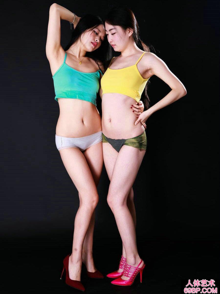国模阿慕和米林棚拍内裤人体写照