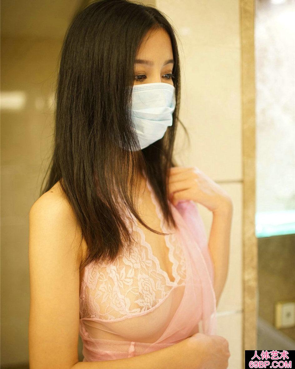 袋口罩的嫩妹穿透明蕾丝裙浴室写照