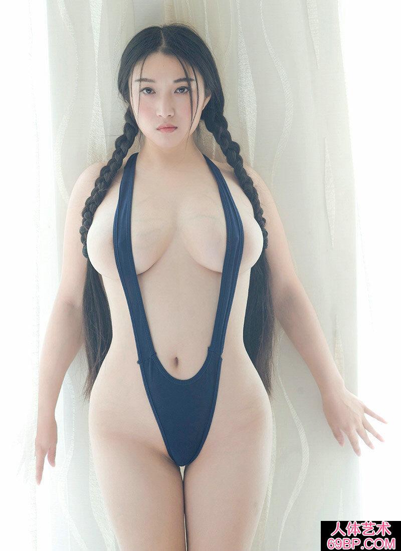 超级巨胸妹子穿热辣高叉泳装摄影图