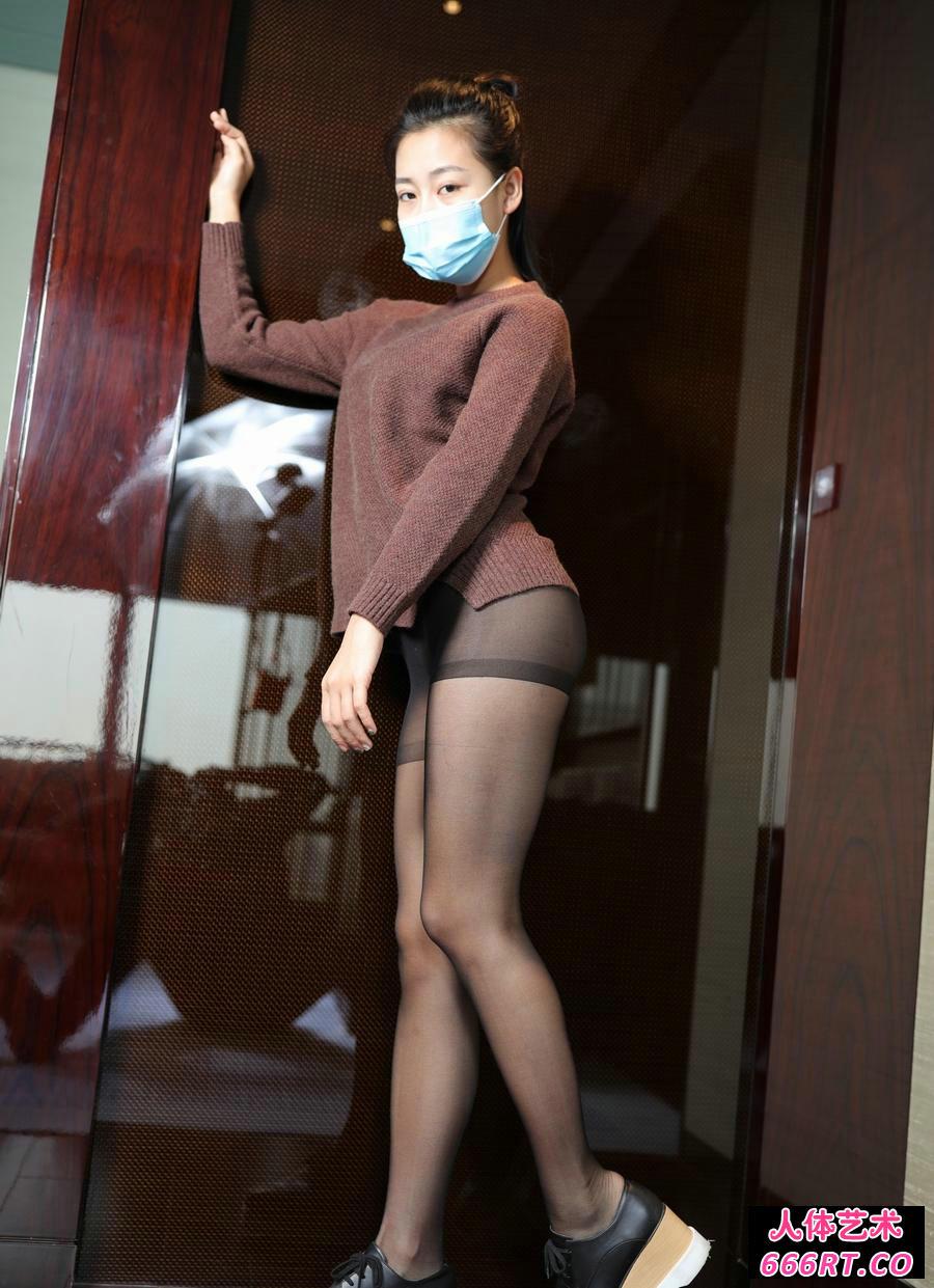 戴口罩的裸模红红穿超薄黑丝无内人体写照