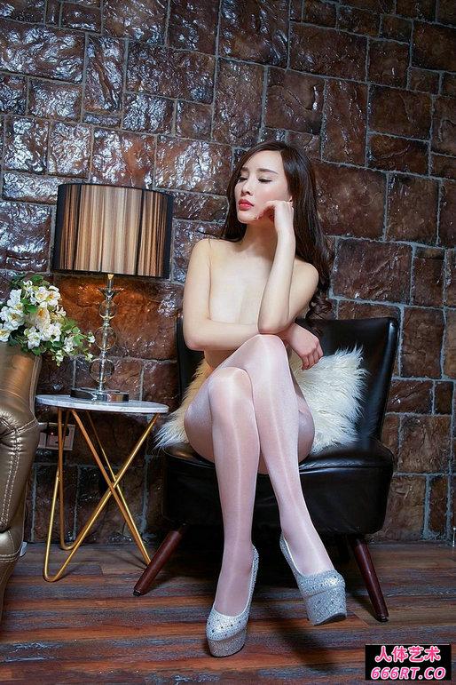 豪宅室拍白皙丰腴的高挑嫩模全裸黑丝人体图