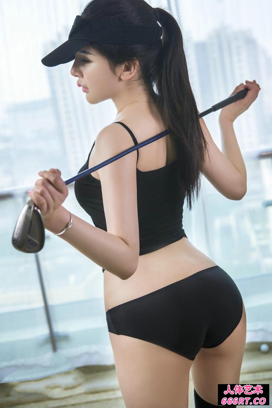 身材极好的嫩模李丽莎玩高尔夫球