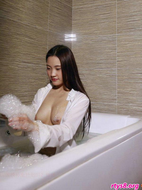 浴缸�Y洗泡泡浴的酥胸��模人体写照