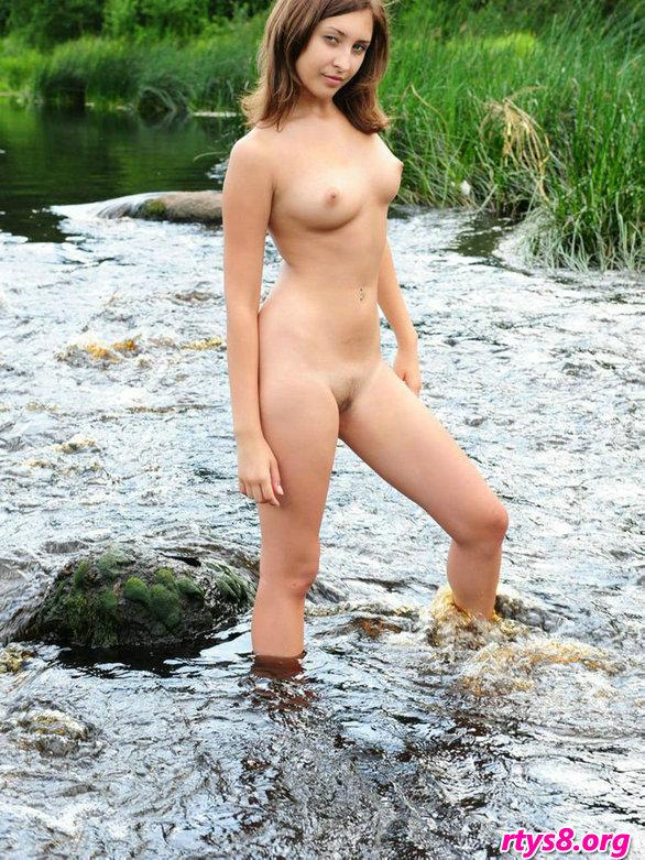 肌肤白皙的精品美人Audrey小溪外拍人体