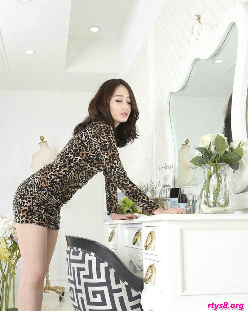 穿豹纹服饰的美胸超模Sua梳妆镜前拍摄