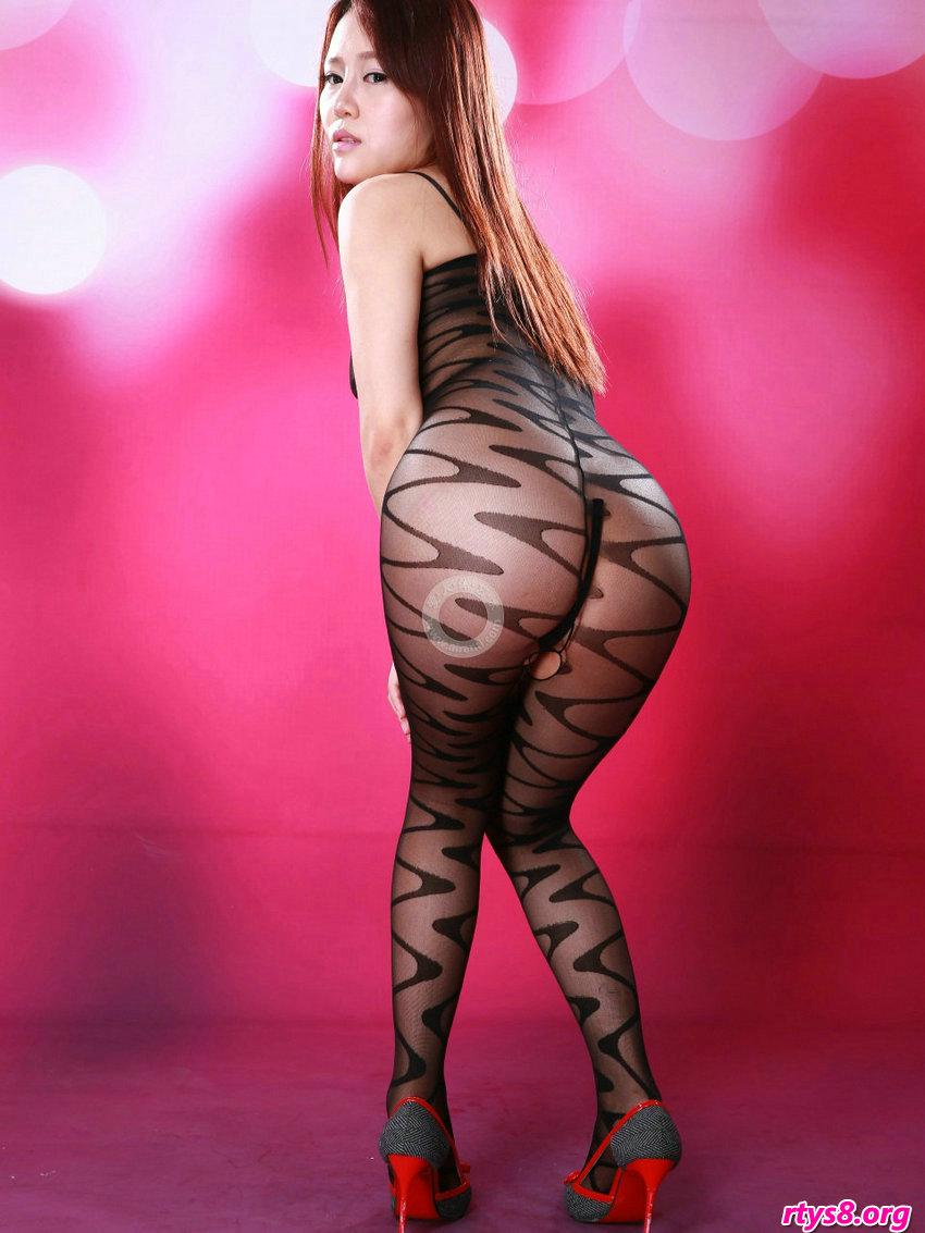 长头发美人阿熙穿性感透明袜装拍摄写照