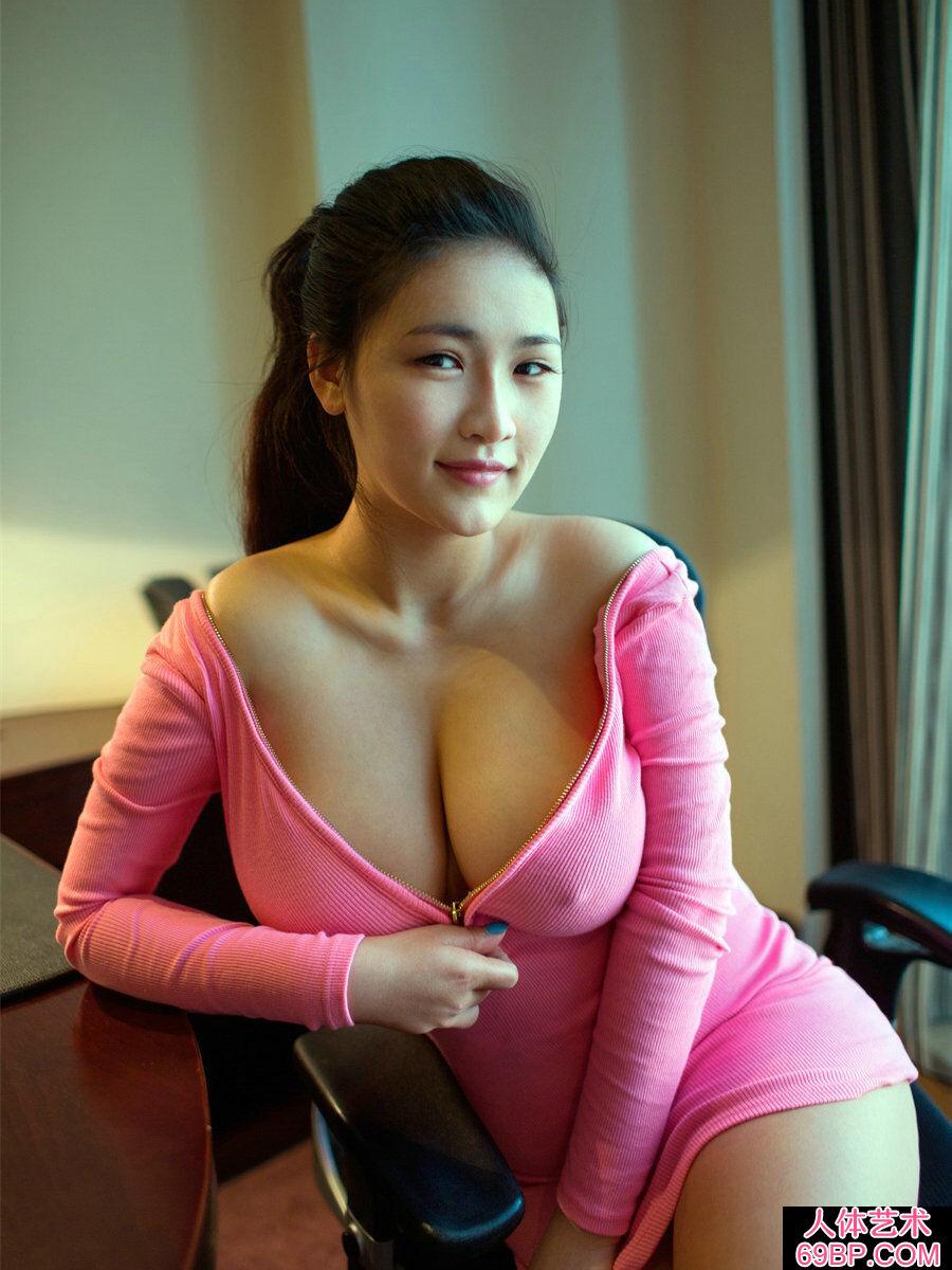 超级波霸巨胸美美妇连欣丰腴人体图