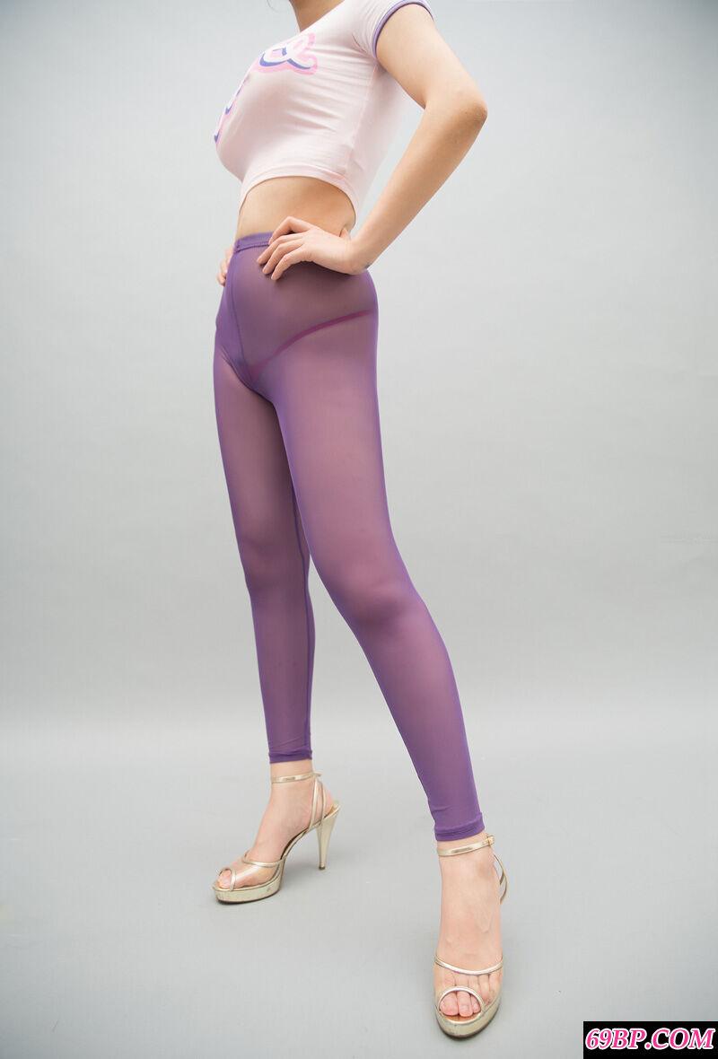 身材热辣的裸模紫色肉丝配高跟