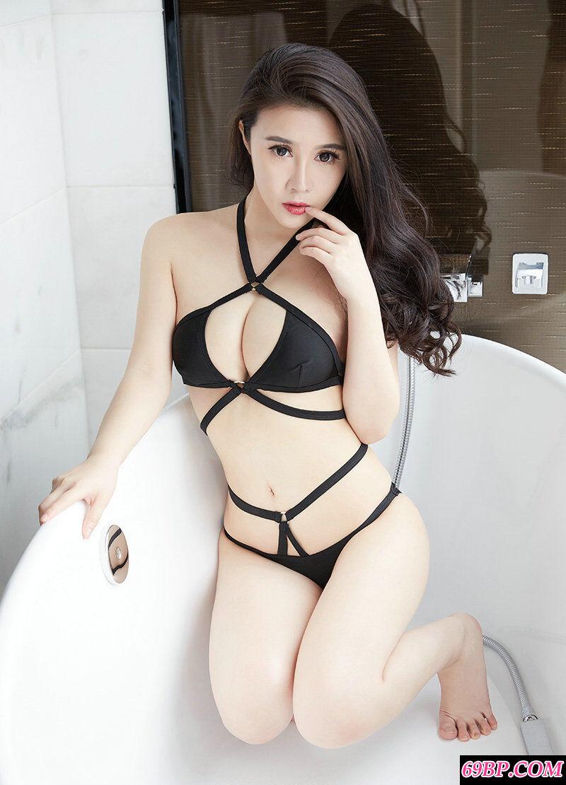 肤白貌美的少女萱萱黑色泳装写照
