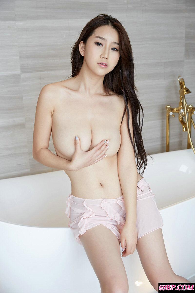 湘妹子真希豪华浴缸里拍摄人体摄影
