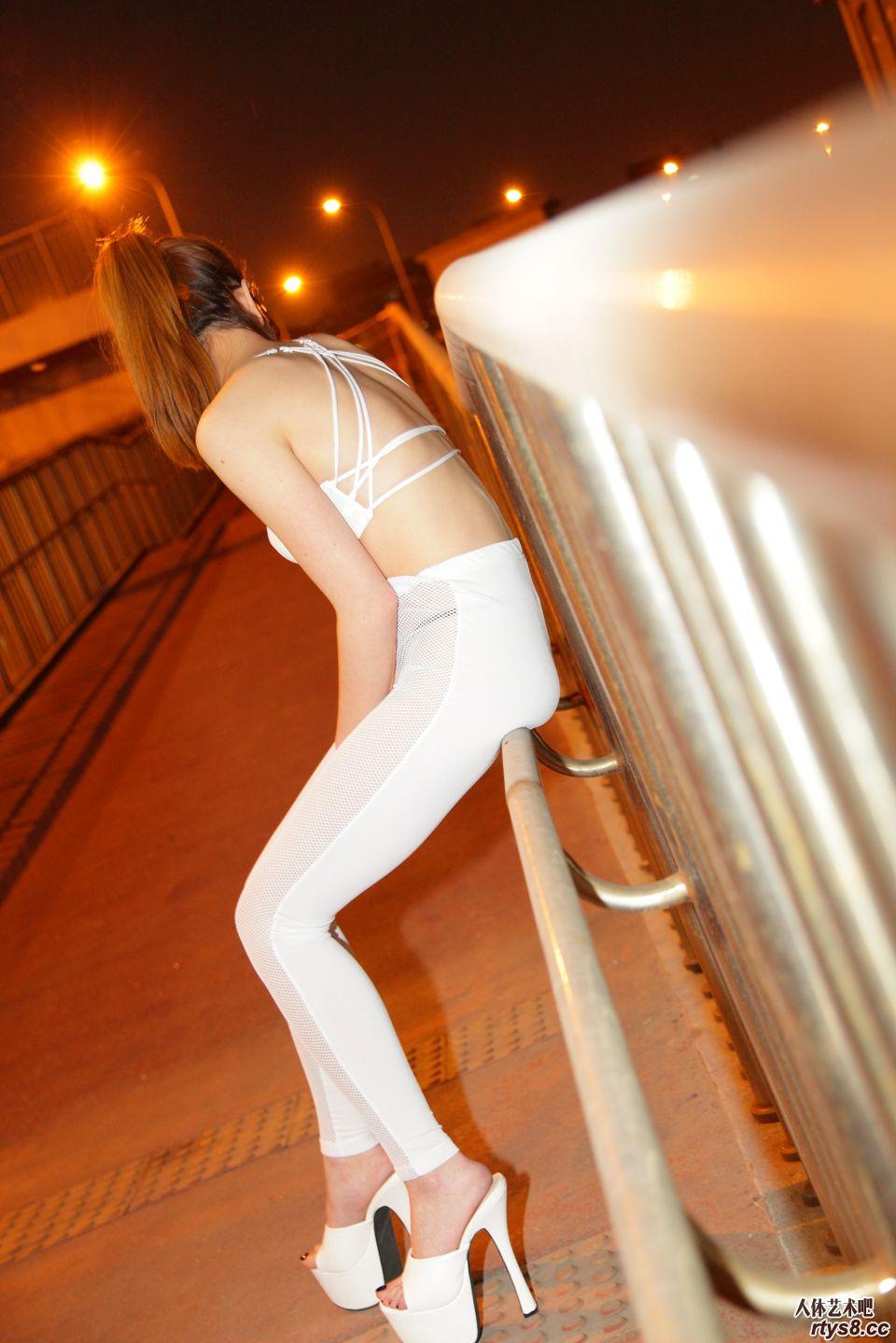 夜幕下外拍穿白色丝袜的名模欣欣